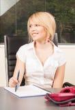 Affärskvinna med dokument Royaltyfria Bilder