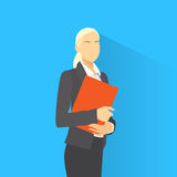 Affärskvinna med dokumentskrivplatta- och pennkläder Royaltyfri Fotografi