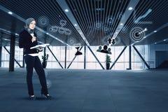 Affärskvinna med dräkten, stående innehavbok i det moderna kontoret royaltyfria foton