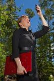 Affärskvinna med en förlorad cellsignalering. arkivfoton