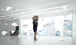Affärskvinna med en gammal TV i stället för huvudet Royaltyfri Bild