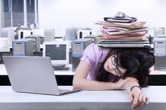 Affärskvinna med en hög av skrivbordsarbete Arkivbilder