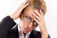 Affärskvinna med en huvudvärk royaltyfria foton