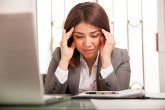 Affärskvinna med en huvudvärk arkivfoto