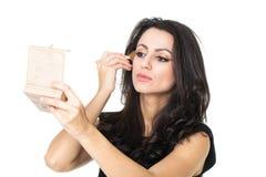 Affärskvinna med en sminkspegel royaltyfria foton