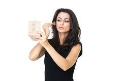 Affärskvinna med en sminkspegel royaltyfria bilder