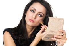 Affärskvinna med en sminkspegel fotografering för bildbyråer