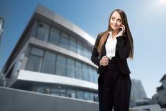 Affärskvinna med en telefon Arkivbilder