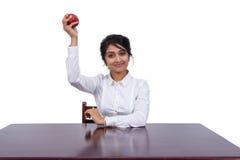 Affärskvinna med ett äpple Arkivbilder