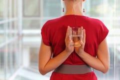 Affärskvinna med exponeringsglas av vatten - healhy livsstil Royaltyfria Bilder