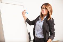 Affärskvinna med exponeringsglas som ger presentation Arkivfoton