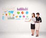 Affärskvinna med färgrika grafer och diagram Arkivbild