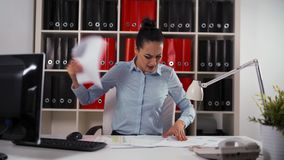 Affärskvinna med förskräckt och livrätt uttryck Ingen tid att arbeta Skynda sig upp begreppet arkivfilmer