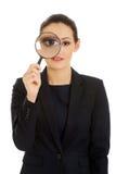 Affärskvinna med förstoringsapparatexponeringsglas Arkivbild
