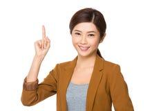 Affärskvinna med fingerpunkt uppåt Royaltyfria Bilder