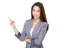 Affärskvinna med fingerpunkt upp Fotografering för Bildbyråer