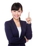 Affärskvinna med fingerpunkt upp Arkivbild