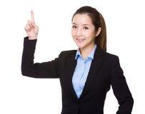 Affärskvinna med fingershow ut Royaltyfri Fotografi