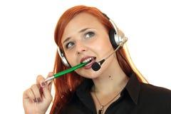Affärskvinna med hörlurar med mikrofon på vit bakgrund Royaltyfria Foton