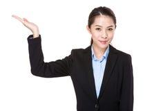 Affärskvinna med handpresentation Royaltyfria Bilder