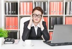 Affärskvinna med huvudvärk Arkivfoto