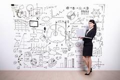 Affärskvinna med infographic begrepp royaltyfri foto