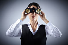 Affärskvinna med kikare. Arkivbilder