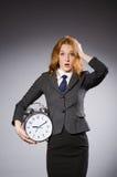 Affärskvinna med klockan som den är sen Arkivbilder