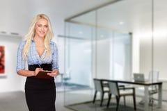 Affärskvinna med kontrollistan; tandleende arkivbild