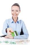Affärskvinna med kreditkorten i hand Royaltyfri Fotografi