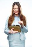 Affärskvinna med kreditkorten och handväskan Le modellvit Arkivbild