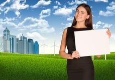 Affärskvinna med landskap och skyskrapor Fotografering för Bildbyråer