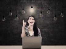 Affärskvinna med ljusa kulor och bärbar dator Arkivfoton
