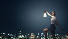 Affärskvinna med lyktan Arkivfoto