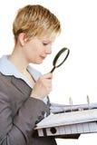 Affärskvinna med mappar och förstoringsglaset Royaltyfria Bilder