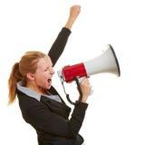 Affärskvinna med megafonen och den grep hårt om näven Arkivfoto