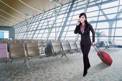 Affärskvinna med mobiltelefonen i flygplats Royaltyfri Fotografi