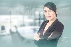Affärskvinna med mot tekniskt avancerad bakgrund Arkivfoto