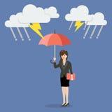 Affärskvinna med paraplyet som skyddar från åskväder Royaltyfri Bild