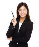 Affärskvinna med pennan upp Arkivfoton