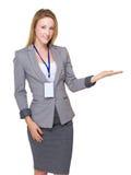 Affärskvinna med personalkortet och närvarande hand något Arkivbilder