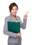 Affärskvinna med skrivplatta- och fingerpunkt ut Fotografering för Bildbyråer
