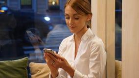 Affärskvinna med smartphonen som arbetar i hemtrevligt kafé stock video