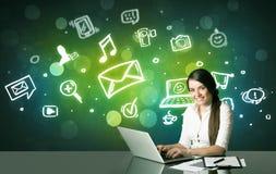Affärskvinna med sociala massmediasymboler Royaltyfri Bild