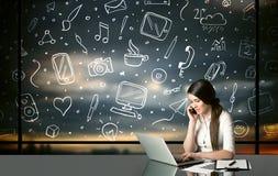 Affärskvinna med sociala massmediasymboler Arkivbild