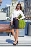 Affärskvinna med spegelförsedd solglasögon för blått Royaltyfri Fotografi