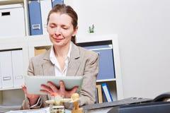 Affärskvinna med tabletPC Arkivfoto
