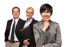 Affärskvinna med Team Portrait på vit Arkivbild