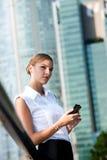 Affärskvinna med telefonen Arkivfoton