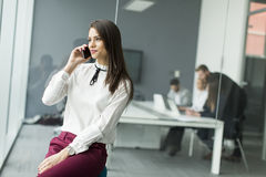 Affärskvinna med telefonen Fotografering för Bildbyråer